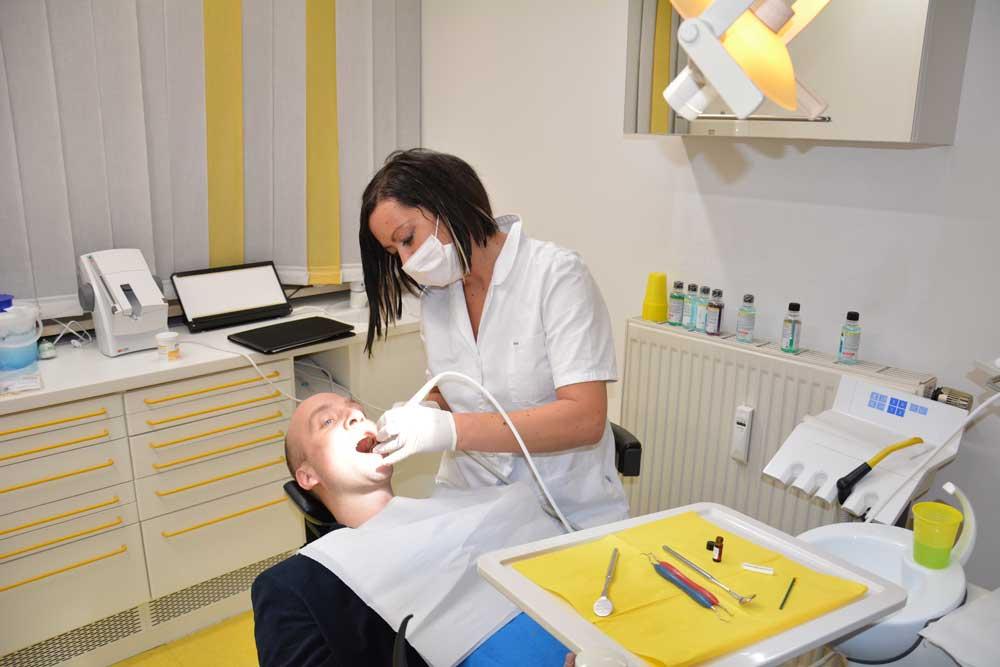 Professionelle Zahnreinigung (PZR) in der Zahnarztpraxis Dr. Hollay in München